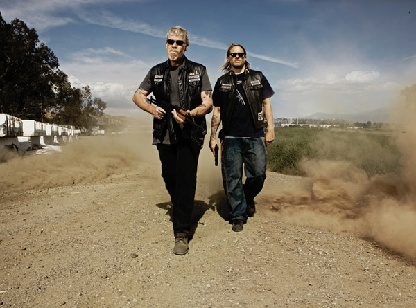 Serie. Ron Perlman y Charlie Hunnam, protagonistas. Mike Muller / FX.