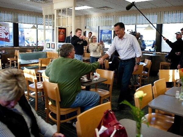 Romney saludó hoy a varios comensales en un restaurante de comidas rápidas en Cuyahoga Falls, Ohio. | AFP