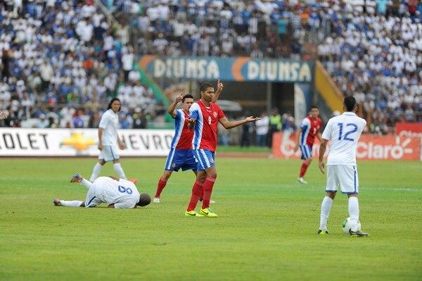 Álvaro Saborío (9) y José Miguel Cubero cuestionan el pitazo del central mientras Wilson Palacios yace en la gramilla del Metropolitano. | LUIS NAVARRO