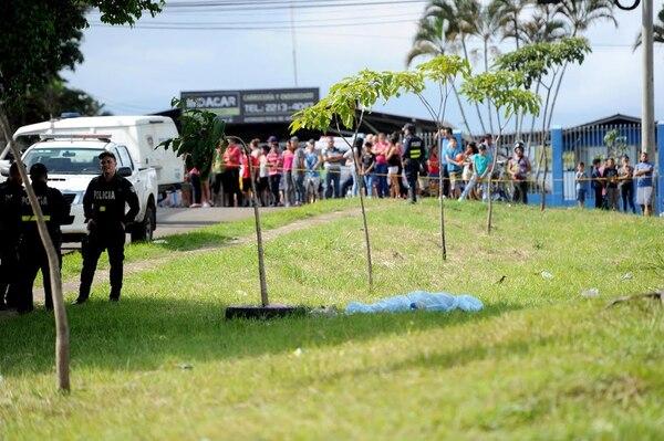 A las 3 p. m. en Pavas, la Fuerza Pública custodiaba la escena donde murió un joven de 26 años al ser baleado.