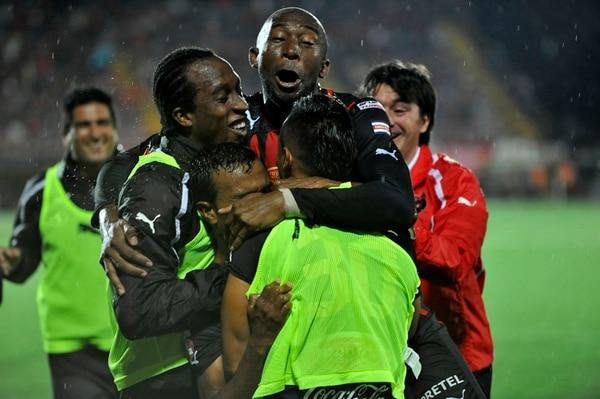 Kenneth García, en el centro de los abrazos de Jerry Palacios, Jorge Davis y Camilo Aguirre, festeja el gol con el que Alajuelense derrotó a Herediano por última vez. Eso fue en setiembre del año pasado, en el Morera.   ARCHIVO