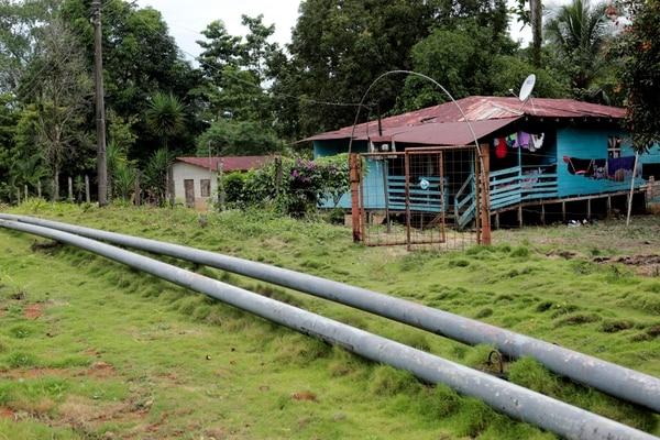 Pobladores de B-line de Matina admiten que el robo de combustible del poliducto de Recope los desvela, pues una fuga o accidente los afectaría. Fotografía: Alonso Tenorio