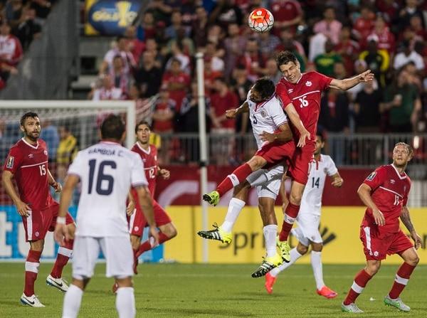 Maxim Tissot de Canadá disputa el balón con Celso Borges de Costa Rica en el tercer partido de ambos en la Copa Oro.
