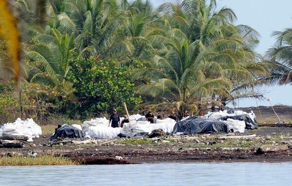El Minae cuenta con apoyo de la Policía de Fronteras en la extracción del material, a 11 kilómetros de la isla Portillos, para rellenar el caño de 300 metros de largo hecho por Nicaragua. | ALONSO TENORIO.