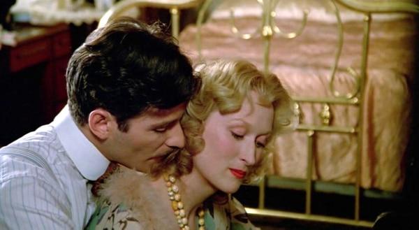 Alan Pakula dirigió 'La decisión de Sophie', película que le dio su segundo Óscar a Meryl Streep. Foto: Universal Studios.