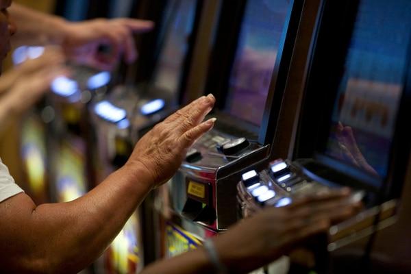 El consumo de drogas o conductas como las apuestas o adicción a los juegos de azar generan una alteración mental en los sectores del cerebro relacionados con el placer. Según los expertos, esto puede derivar en otros males mayores o ser una alerta o síntoma de que se poseen. | NYT PARA LN
