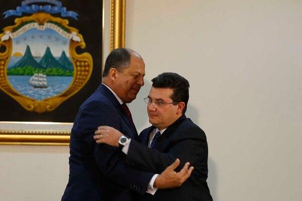 El Presidente Luis Guillermo Solís (i) recibe al nuevo ministro de la Presidencia Sergio Alfaro (d) .