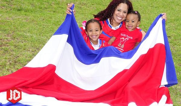 Gabriela Patterson posa con dos de sus hijas. Fotografía: Archivo LN