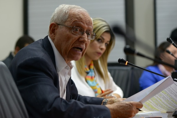 Helio Fallas durante su comparecencia en la Asamblea Legislativa por el hueco presupuestario. Fotografía: Jose Díaz/Agencia Ojo por Ojo