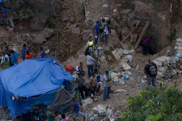 Autoridades y colaboradores participaban el jueves en las labores de rescate de 11 mineros atrapados en un yacimiento que se derrumbó en la comunidad de San Juan Arriba, en el sur de Honduras.