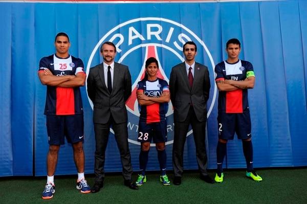 Shirley Cruz (centro) en una promoción del PSG, junto a Daniel Narcisse (balonmano), Jean-Claude Blanc (director general del club), Rashed Al Qurese (patrocinador) y Thiago Silva (fútbol masculino). | C. GAVELLE (PSG) PARA LN