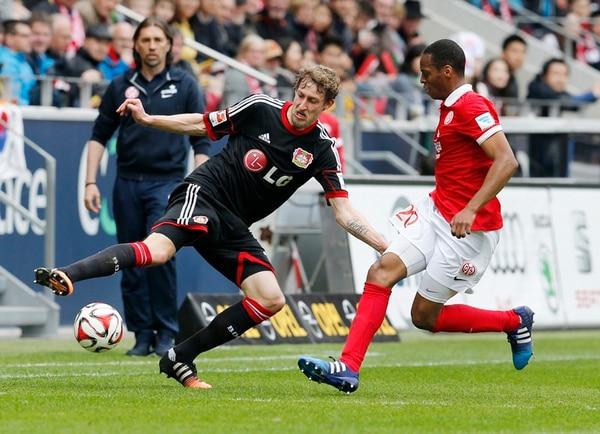 Júnior Díaz marca a Stefan Kiessling del Leverkusen. | AP