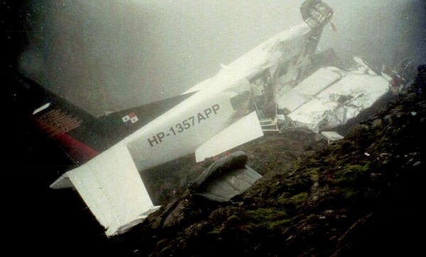 Otra vista del avión siniestrado. En la imagen, se deja ver la densa neblina que había en el lugar. Archivo