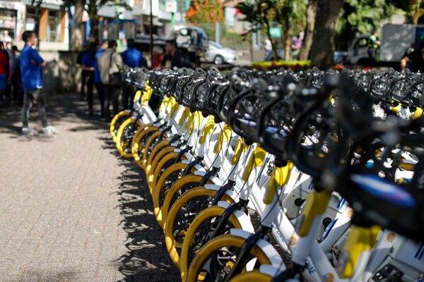 La Municipalidad de San José presentó este viernes las bicicletas eléctricas de la empresa OMNI que estarán disponibles en distintos puntos del cantón central de la provincia, para que las personas las utilicen bajo un sistema de alquiler por horas. Fotografía: José Cordero