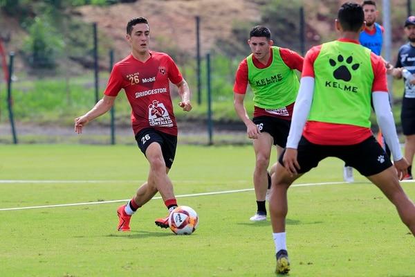 Bernald Alfaro (izquierda) es uno de los fichajes más sonados hasta el momento. Alajuelense se le adelantó a Herediano y contrató al excarmelo. Alfaro ya se entrena con la Liga. Fotografía: Rafael Pacheco.