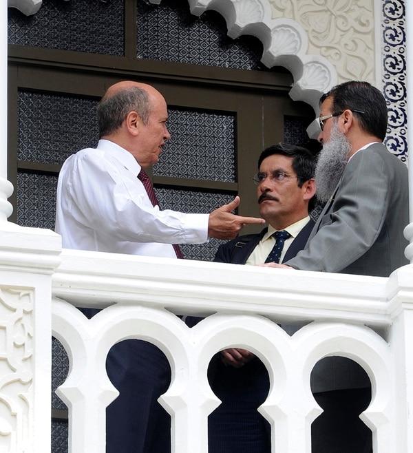 Marco Redondo (centro), jefe de fracción del PAC, y Gerardo Vargas (der.), del Frente Amplio, firmarían el acuerdo político contra la alianza que lidera el socialcristiano Rafael Ortiz (izq.) en el Congreso. | GRACIELA SOLÍS.