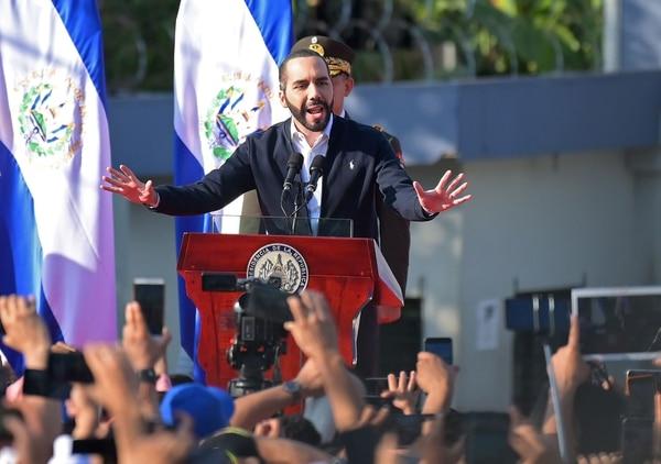 El presidente salvadoreño, Nayib Bukele, habla ante sus seguidores durante una protesta fuera de la Asamblea Legislativa, en San Salvador, el 9 de febrero del 2020. Foto: AFP