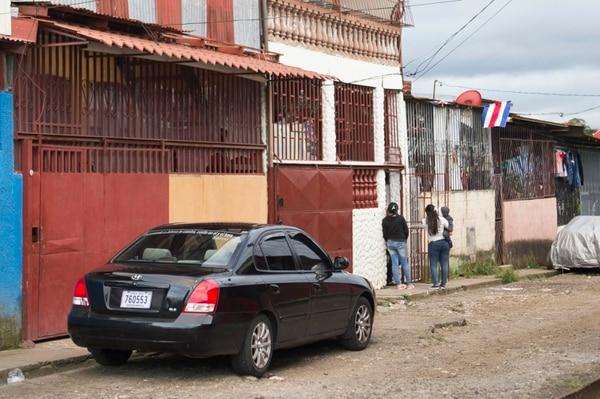 En la casa color blanca de dos plantas en barrio Garabito de León XIII habitaba Jorge Antonio Zúñiga Chinchilla (20), uno de los jóvenes que falleció calcinado tras el accidente en Portalón de Savegre, en Quepos. Fotografía: Alejandro Gamboa Madrigal