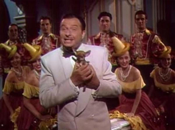 Extra. Castro tuvo una pequeña aparición como bailarín en la cinta Vacaciones en México . Es el segundo, de izquierda a derecha. Captura de pantalla