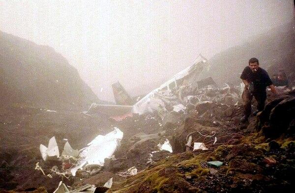 La imagen habla por sí misma. La aeronave que se estrelló contra el volcán Arenal quedó destrozada por lo fuerte del impacto. Archivo