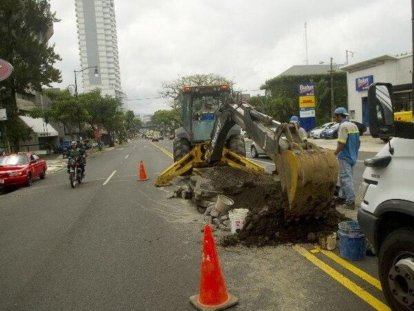 Una cuadrilla del AyA rompió ayer el recién colocado asfalto del paseo Colón, San José. Los trabajos consistieron en destapar una cañería que se obstruyó por la cantidad de basura acumulada. | PABLO MONTIEL.