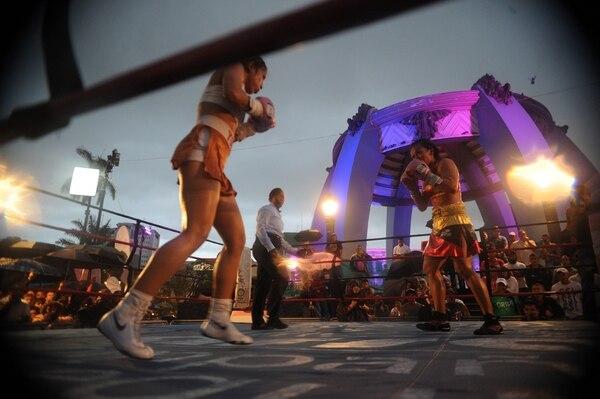 Yokasta Valle (izquierda) dominó a la mexicana Ana Victoria Polo en la pelea que se disputó en el Parque Central de San José. Los jueces le dieron a la tica el título mundial en la categoría 102 libras. | JORGE NAVARRO