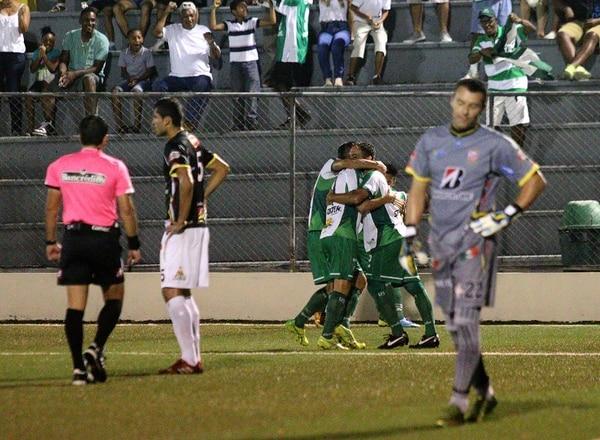 Mientras los jugadores limonenses festejan al fondo el tanto inicial de Steven Calderon, Ariel Contreras (5) y Ricardo González lamentan lo que terminaría siendo una goleada.
