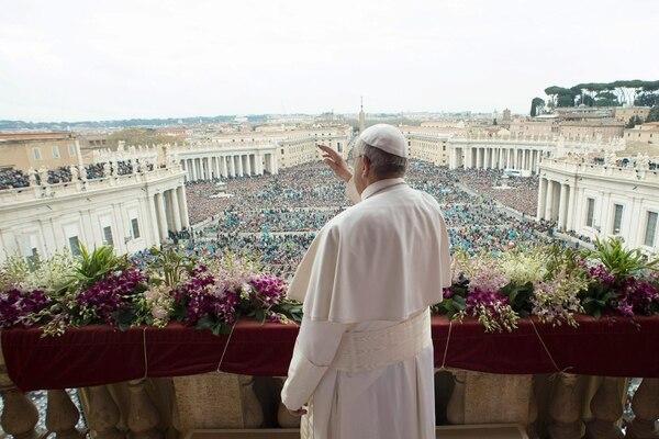 Ciudad del Vatican este 5 de abril 2015. La foto del periódico L'Osservatore Romano, muestra al Papa Francisco bendiciento a cientos de pelegrinos durante su mensaje Urbi et Orbi desde el balcón de la Basílica de San Pedro.