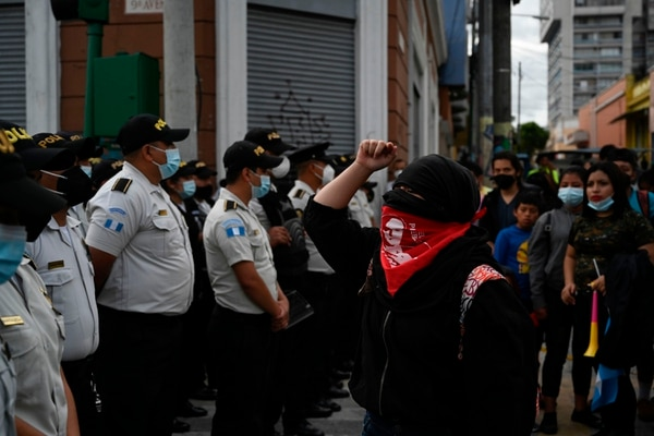 Manifestantes se encararon con agentes policiales mientras protestaban pidiendo la renuncia del presidente Alejandro Giammattei, este domingo 22 de noviembre del 2020. AFP