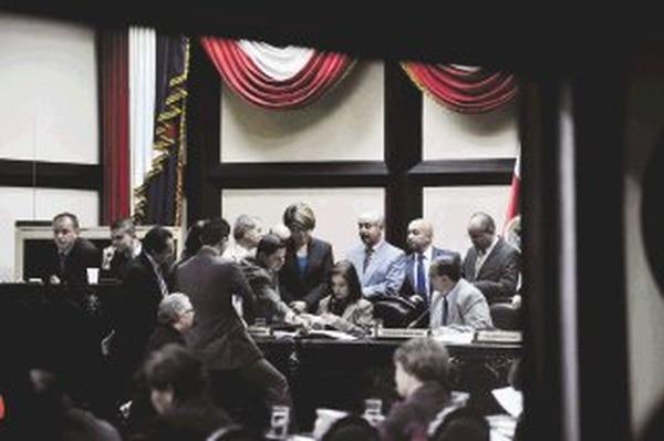 Alrededor de la secretaria y el presidente del Congreso, Rita Chaves y Víctor Emilio Granados (sentados), diputados de diversas fracciones fiscalizaron ayer el conteo de votos para el cargo de subcontralor.   CARLOS GONZÁLEZ.