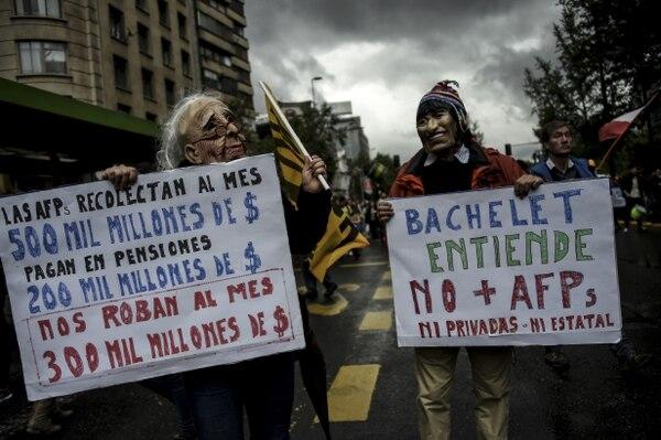 Miles de personas marcharon por el centro de Santiago para reclamar contra este sistema controlado por las Administradoras de Fondos de Pensiones (AFP).