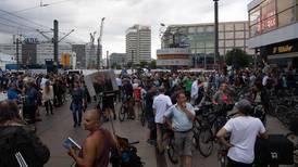 Manifestantes se enfrentan con la Policía en Berlín durante protesta contra restricciones