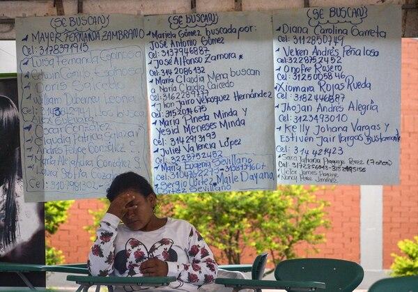 Una mujer espera noticias de sus familiares desaparecidos en un refugio en Mocoa. | FOTO: AFP/LUIS ROBAYO