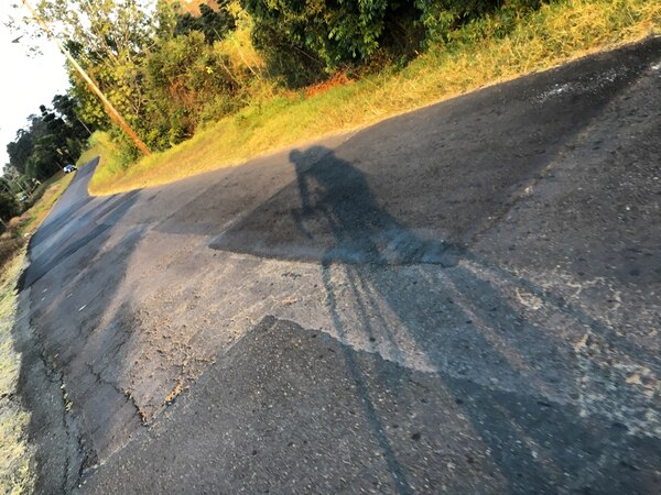 Sombra generada por la luz del atardecer se refleja sobre el pavimento de la famosa cuesta La Molina.