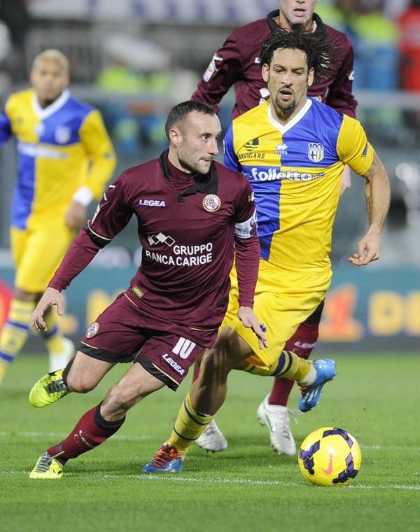 Andrea Luci, jugador del Livorno, intenta driblar a Amauri, del Parma FC, durante el compromiso de este sábado.