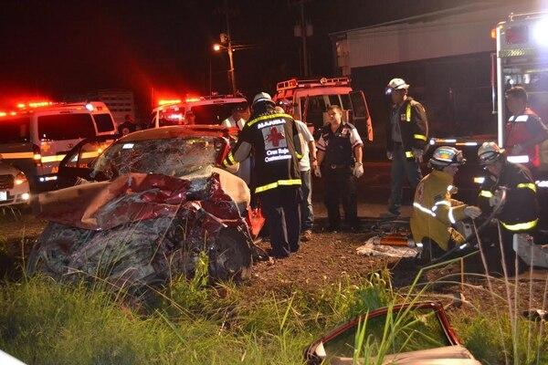 Los socorristas trasladaron a varias personas heridas al Hospital de Alajuela.