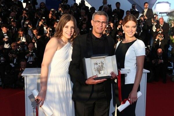 Momento en que el director Abdellatif Kechiche y las actrices Lea Seydoux (derecha) y Adele Exarchopoulos reciben la Palma de Oro, algo inusual en la muestra que, por lo general, premia únicamente al cineasta del filme. AFPPremio colectivo.