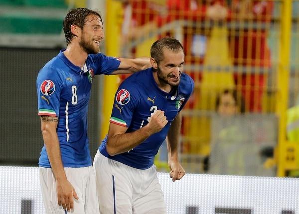 Giorgio Chiellini (izq.) celebra con Claudio Marchisio en la victoria de Italia.