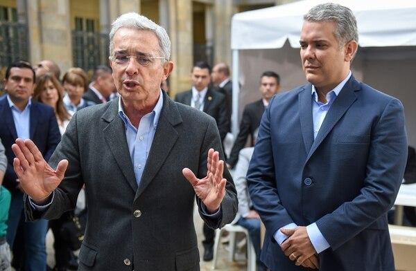 El expresidente colombiano y actual senador, Álvaro Uribe (i), junto con el presidente Iván Duque (d). (foto: Raúl Arboleda).
