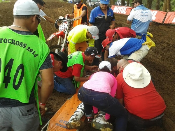 Ricardo Chacón, del equipo Pirra, fue atendido tras el accidente que sufrió en la competencia de motocross que se realizó este domingo en la pista Los Alpinos, en Corralillo de Cartago.