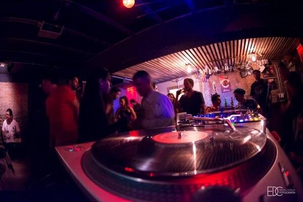 Las noches de Black Beat en El Sótano de Amón Solar reúnen a fanáticos de géneros como funk, soul y música latina, así como a coleccionistas de vinilos.