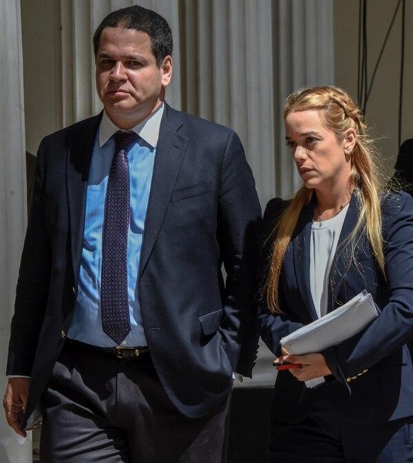 El diputado venezolano Luis Florido, quien dirige la Comisión de Política Exterior, y Lilian Tintori, esposa del líder opositor Leopoldo López, en junio, en la Asamblea Nacional en Caracas.