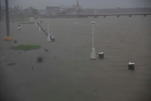 bancos y aceras estaban inundadadas a lo largo del río Berwick en Morgan City, Luisiana, este sábado 13 de julio del 2019.