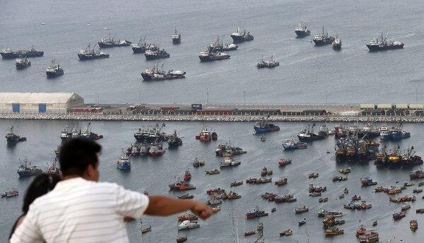 Un hombre observa la localidad fronteriza de Arica (Chile). La ciudad se mantiene en calma a la espera de conocer, este lunes, el fallo de la Corte Internacional de Justicia en La Haya sobre la disputa marítima que sostienen Chile y Perú