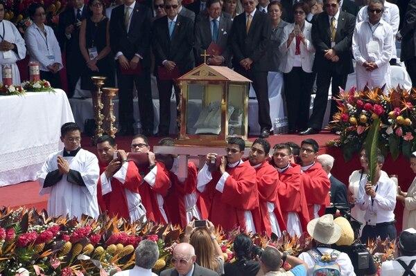 Sacerdotes cargan las reliquias de monseñor Oscar Arnulfo Romero durante la ceremonia de beatificación, este sábado, presidida por el cardenal Angelo Amato, en San Salvador. Entre las reliquias está la camisa que llevaba puesta cuando lo mataron. | AFP