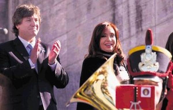 Cristina Fernández, junto al vicepresidente Amado Boudou, durante un acto en la ciudad de Rosario por el Día de la Bandera.   EFE