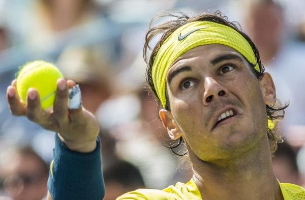 Rafael Nadal saca durante la final del Masters 1000 de Montreal ante el canadiense Milos Raonic.