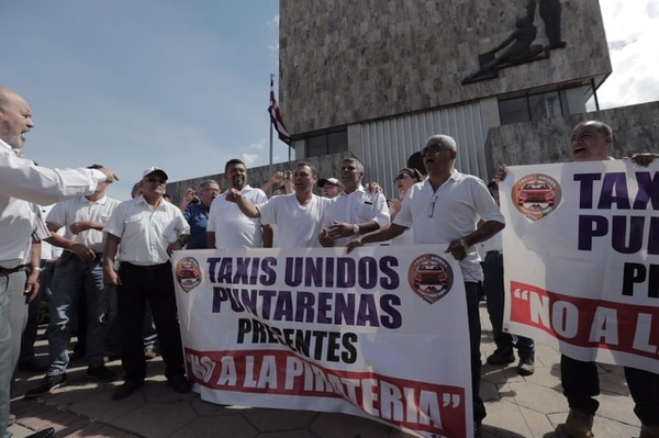 Los taxistas exigen una respuesta de la Sala IV sobre la operación de Uber en ocho días.