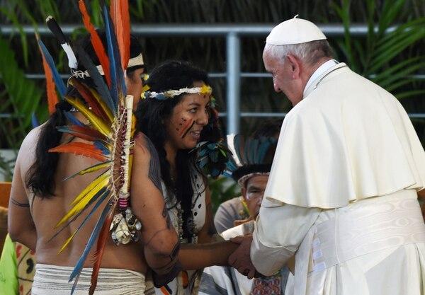 El papa Francisco saludó en Puerto Maldonado a representantes de las comunidades indígenas de la Amazonía peruana, el viernes 19 de enero del 2018. Foto: AFP