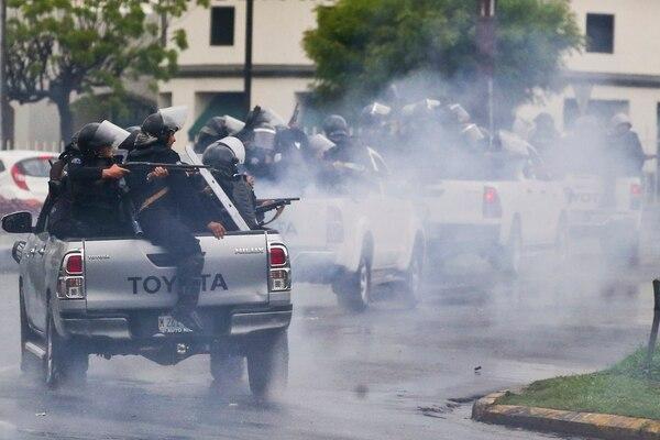 Policía antidisturbios disparaban contra estudiantes universitarios que protestaron contra el presidente de Nicaragua, Daniel Ortega, en Managua, el 28 de mayo del 2018. AP